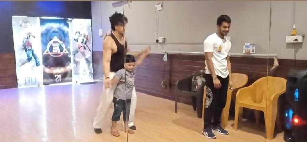 टाइगर श्रॉफ ने बच्चे को 'वार' के गाने पर डांस सिखाया