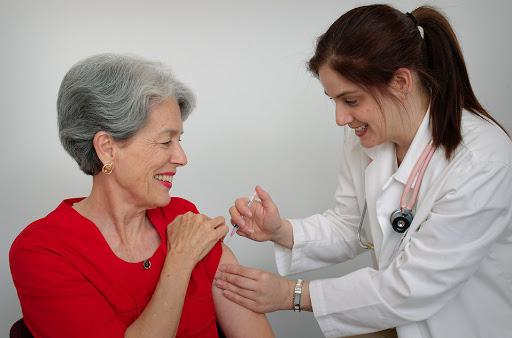 कोरोना वैक्सीन पर बड़ी खुशखबरी: बुजुर्गों पर असरदार साबित हो रही 'कोविशील्ड'