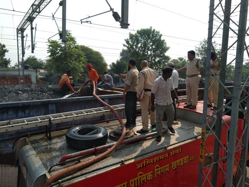 रेलवे स्टेशन पर कोयले से भरे दो वैगनों में लगी आग