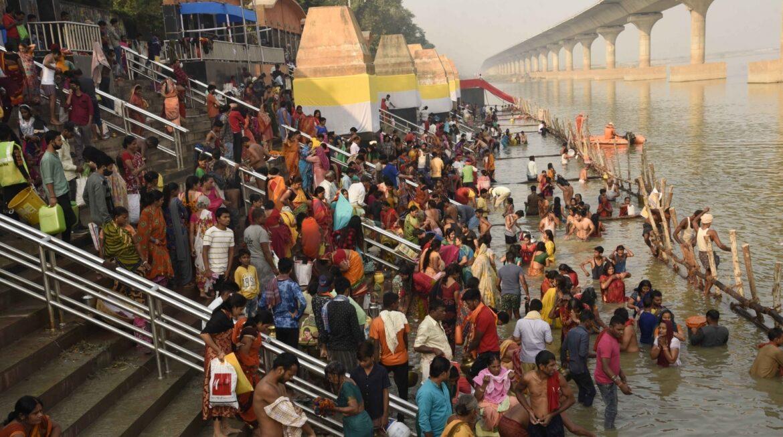 बिहार : सूर्योपासना के पर्व पर गूंज रहे पारंपरिक और आधुनिक छठ गीत