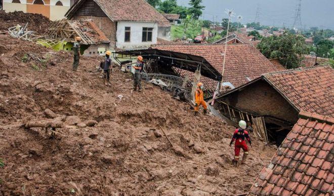 इंडोनेशिया में भूस्खलन से 13 की मौत, 26 लोग लापता