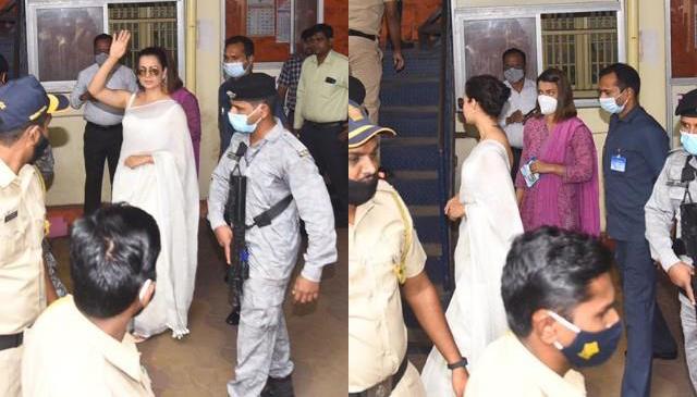 राजद्रोह मामले में बयान दर्ज कराने बहन रंगोली संग बांद्रा पुलिस स्टेशन पहुंचीं कंगना रनौत