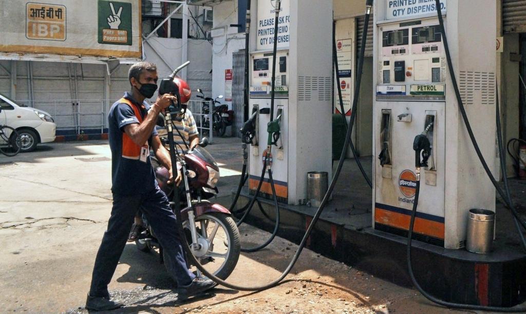 दिल्ली में नई उंचाई पर पेट्रोल का भाव, पांच दिन बाद फिर बढ़े दाम