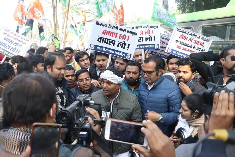 यूथ कांग्रेस ने कृषि कानूनों के विरोध में मंत्री के आवास के बाहर प्रदर्शन किया