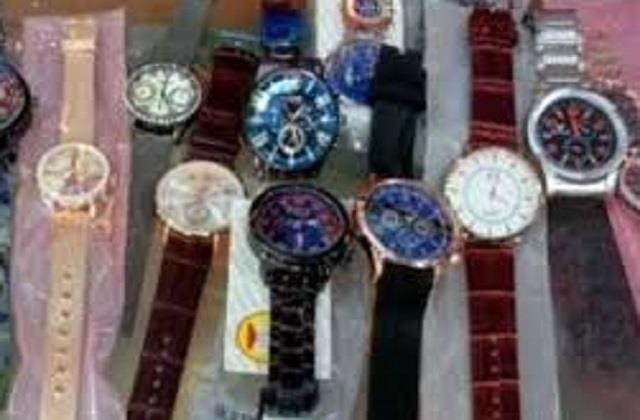 नामी कंपनी की नकली घड़ियां बेच लोगों को ठगते थे शातिर, पुलिस ने किया गिरफ्तार