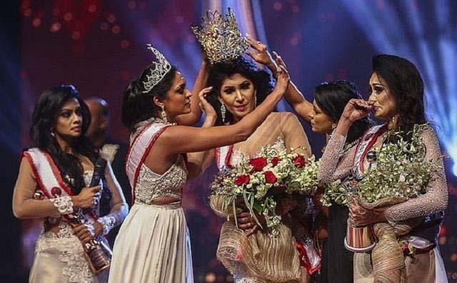 मिसेज श्रीलंका' प्रतियोगिता दौरान मिसेज वर्ल्ड ने विजेता के सिर से छीना ताज, लगी चोट