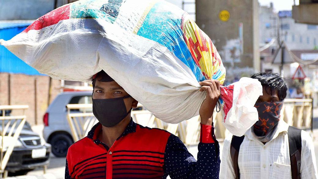 कोरोना मामले बढ़ने के साथ ही दिहाड़ी मजदूरों के काम पर 'आफत'