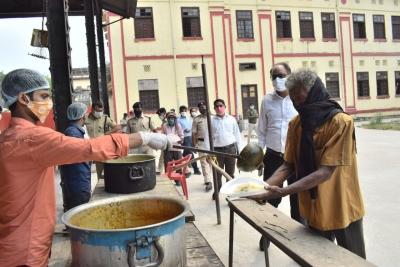 लॉकडाउन में निर्धनों का पेट भर रहा सामुदायिक किचन