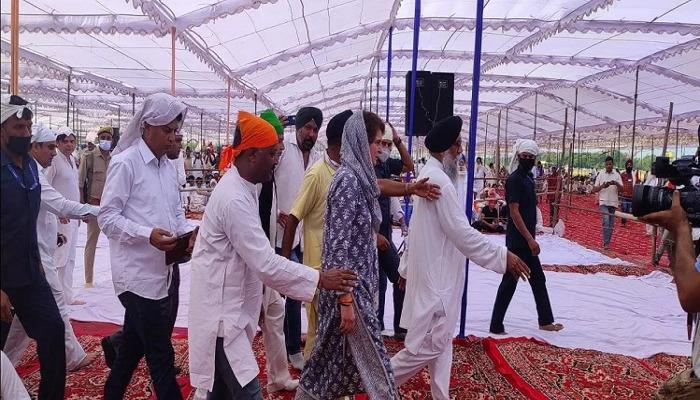 लखीमपुर खीरी: श्रद्धांजलि सभा में शामिल हुईं प्रियंका गांधी, संयुक्त किसान मोर्चा की दो टूक- मंच नहीं करेंगे साझा